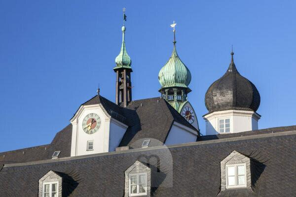 Towers of the gate Mittertor and the Church of St. Nicholas in the old town of Rosenheim, Upper Bavaria, Bavaria, Southern Germany, Germany, Central Europe, Europe