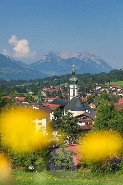 View of Reit im Winkl with the parish church of Sankt Pankratius behind it Wilder and Zahmer Kaiser, Chiemgau Alps, Chiemgau, Upper Bavaria, Bavaria, southern Germany, Germany, Europe