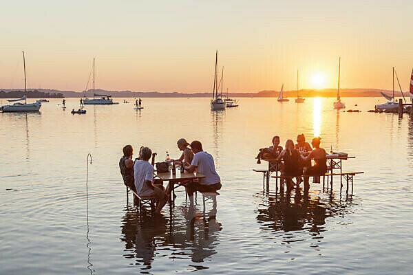 Tische im Wasser, Sundowner-Bar in Übersee am Chiemsee, Chiemgau, Oberbayern, Bayern, Süddeutschland, Deutschland, Europa