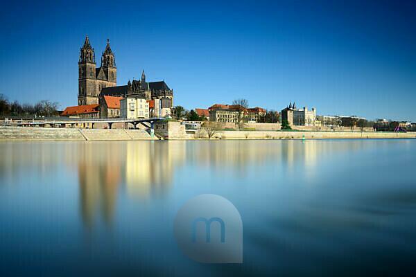 Deutschland, Sachsen-Anhalt, Magdeburg, Stadtansicht mit Magdeburger Dom am Fluss Elbe