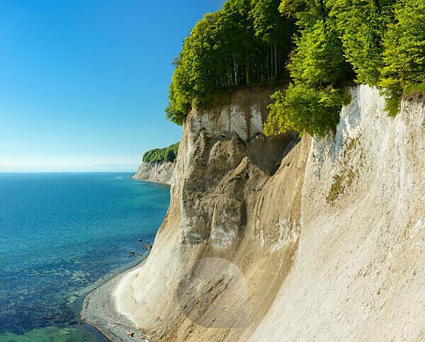 Deutschland, Mecklenburg-Vorpommern, Insel Rügen, Nationalpark Jasmund, Aussicht vom Hochufer auf die Kreidefelsen und die Ostsee