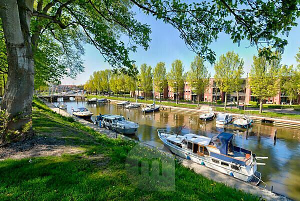 Idylle am Zuidoostersingel, Grachten, Kanal, Frühling, Harlingen, Friesland, Niederlande,