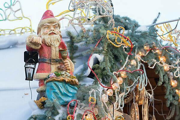 Germany, Baden-Württemberg, Karlsruhe, Christmas market on Friedrichsplatz Square