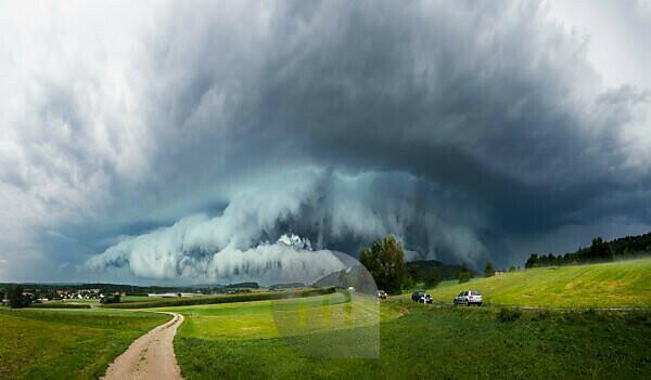 Panorama von dramatischer Böenfront einer Abwind dominanten Superzelle bei Hersbruck, Bayern, Deutschland