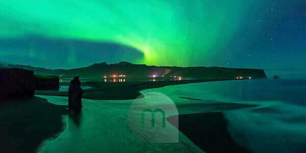 Polarlicht über Reynisfjara,Dyrhólaey, Island
