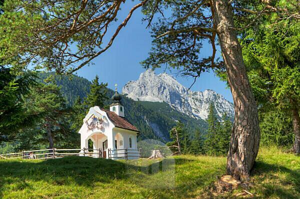 Kapelle Maria Königin (chapel) in front of Wettersteinspitze, the Wetterstein Mountains, with Mittenwald, Bavaria, Germany,
