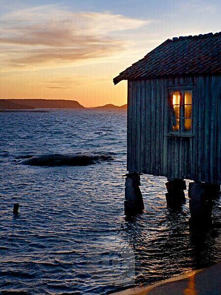 Schweden, Bohus, Westküste, Kattegat, Fischerhütte an der Granitküste bei Grebbestad, Abendhimmel