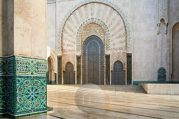 Marokko, Casablanca, Moschee Hassan II im Morgenlicht, Fassade