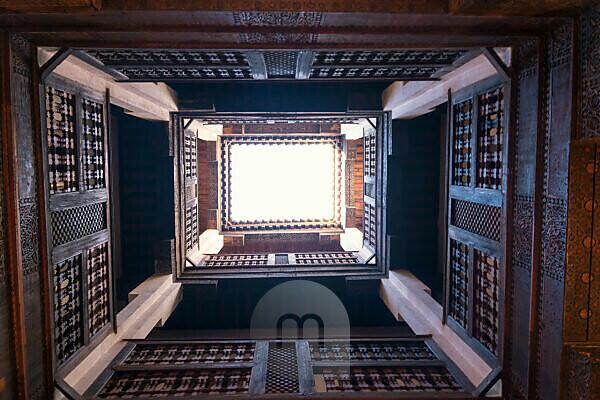 Marokko, Fes, Medina, Medersa Attarine, ehemalige Koranschule, Innenhof, Blick nach oben