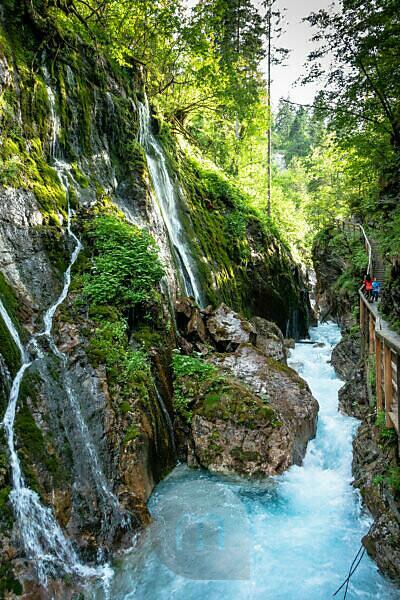 Deutschland, Bayern, Berchtesgadener Land, Ramsau, Mutter und Sohn in der Wimbachklamm bei Ramsau
