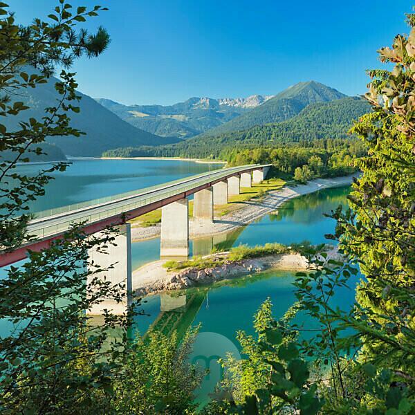 Brücke über den Sylvensteinsee bei Lenggries, Deutsche Alpenstraße, Oberbayern, Bayern, Deutschland