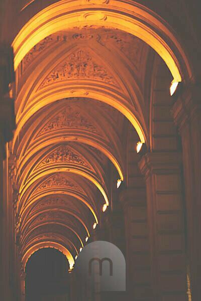Ein Bogengang im nächtlichen Bologna, Italien, Europa