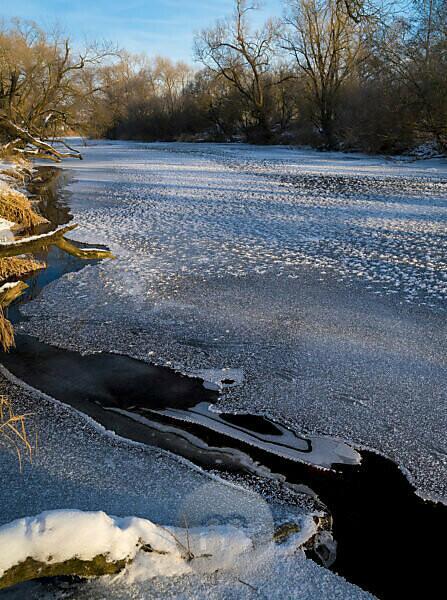 Europe, Germany, Hesse, Burgwald, Nature Park Kellerwald-Edersee, winter day at the Eder river near Birkenbringhausen, ice and snow