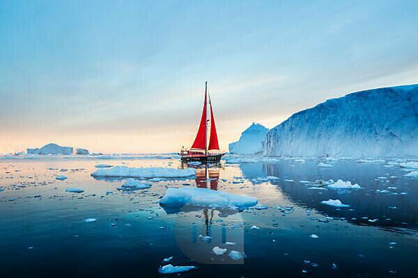 Eisberge und Segelboot in Disko Bay an Mittsommer, Grönland