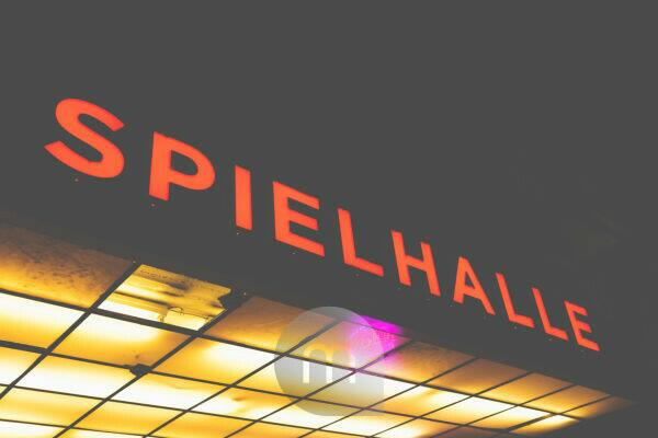 At night on the Reeperbahn - around St.Pauli the bars attract with their colorful neon sign. Spielhalle - Spielhölle?