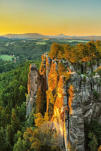 Blick über die Basteibrücke zum Lilienstein, Elbsandsteingebirge, Nationalpark Sächsische Schweiz, Sachsen, Deutschland