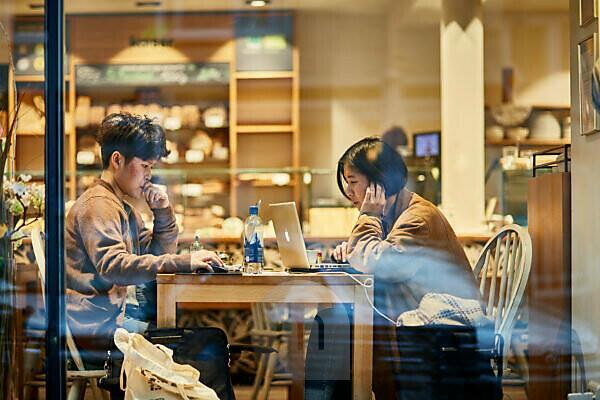 Europa, Deutschland, Hessen, Frankfurt, Berger Straße, ein asiatisches Paar im Kaffee einer Bäckerei