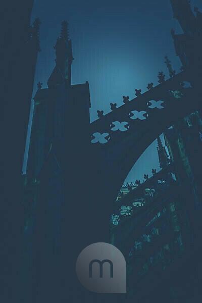 Düstere Detailansichten eines gotischen Bauwerks.