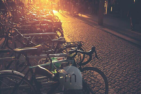 Fahrräder - romantische Mobilität in der Stadt bei Sonnenuntergang.