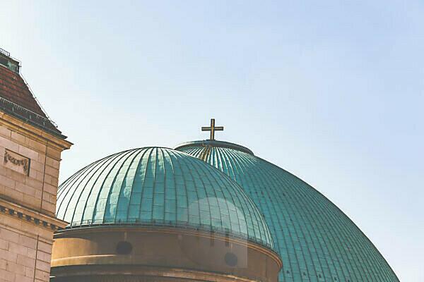 Die St.-Hedwigs-Kathedrale in Berlin, Kuppel und Kreuz.