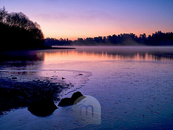 Europa, Deutschland, Hessen, Naturpark Lahn-Dill-Bergland, Wintermorgen-Stimmung am Aartalsee bei Bischoffen