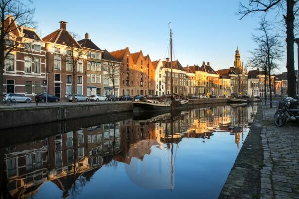 Europa, Niederlande, Groningen: Innenstadt in der blauen Stunde
