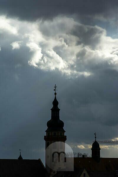 Deutschland, Baden-Württemberg, Karlsruhe, Stadtteil Durlach, Turm der ev. Stadtkirche mit Regenwolken.