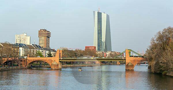 Deutschland, Hessen, Frankfurt, die Alte Brücke mit dem EZB-Hochhaus im Hintergrund.