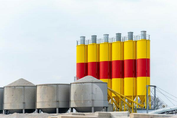 Germany, Hesse, Frankfurt, concrete silos on the banks of the Main.