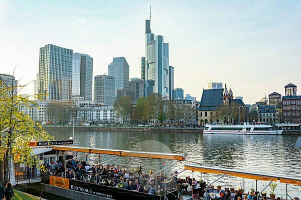 Deutschland, Hessen, Frankfurt, Frankfurter Skyline, Gastronomie am Main.