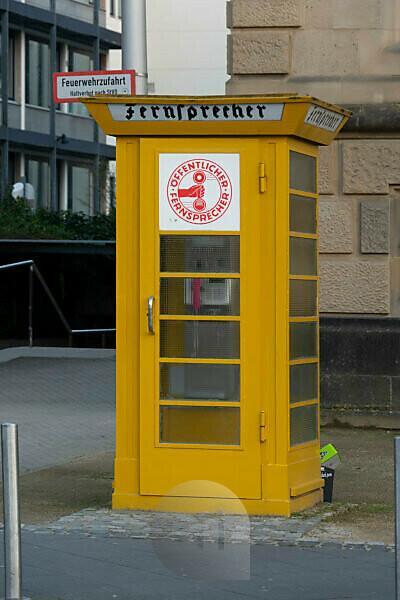 Deutschland, Hessen, Frankfurt, öffentlicher Fernsprecher am Schaumainkai.