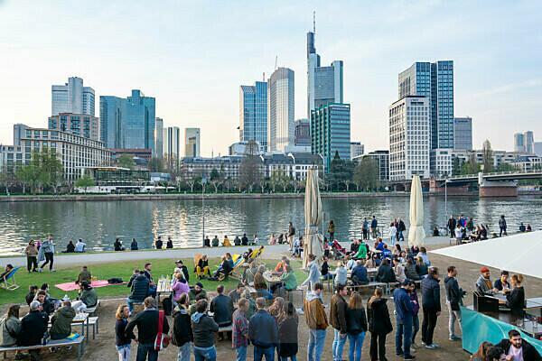 Deutschland, Hessen, Frankfurt, Frankfurter Skyline, Biergarten am Mainufer.