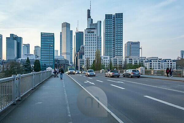 Deutschland, Hessen, Frankfurt, Frankfurter Skyline, Verkehr auf der Untermainbrücke.