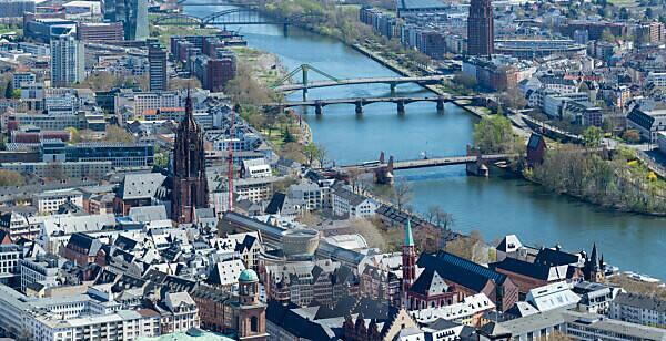 Deutschland, Hessen, Frankfurt, Blick vom Main Tower zum Kaiserdom St. Bartholomäus.
