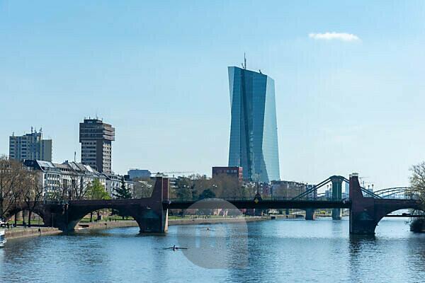 Deutschland, Hessen, Frankfurt, das EZB-Hochhaus hinter der Alten Brücke.