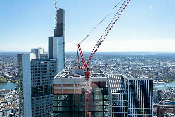 Deutschland, Hessen, Frankfurt, Blick vom Main Tower zur Commerzbankzentrale.