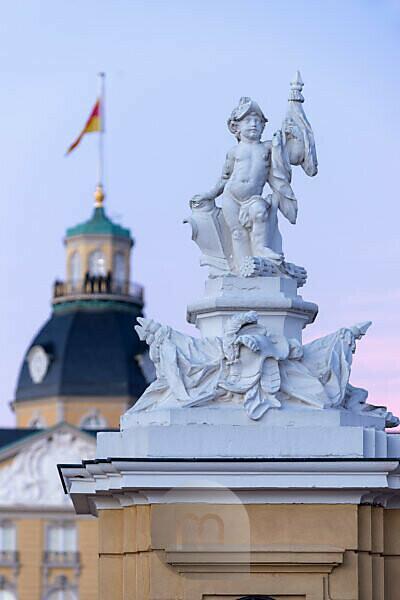 Deutschland, Baden-Württemberg, Karlsruhe, Schloss, Skulpturen auf den Wachhäuschen vor dem Schloss.