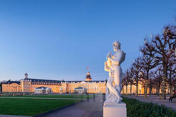 Deutschland, Baden-Württemberg, Karlsruhe, Schloss, mythologische Bildwerke auf dem Schlossplatz (Flötenspieler).