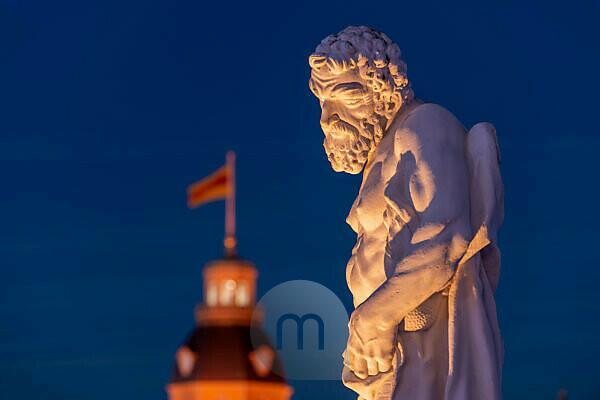Deutschland, Baden-Württemberg, Karlsruhe, Schloss, mythologische Bildwerke auf dem Schlossplatz (Herkules).