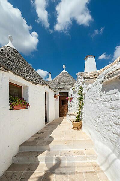 Alberobello, Provinz Bari, Salento, Apulien, Italien, Europa. Eingang zu einem typischen Trullo mit seinem kegelförmigen Dach
