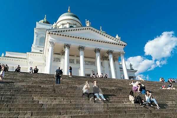 Helsinki, Dom, Touristen genießen auf den Domstufen die Aussicht
