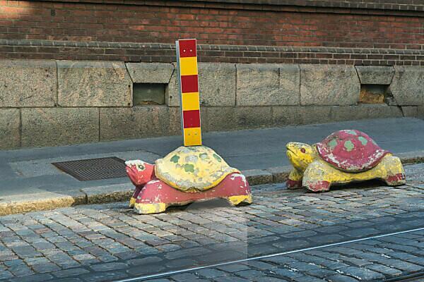 Helsinki, Verkehr, Schildkröten als kreative Halterung für Schilder u. ä.