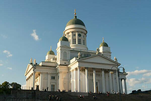 Helsinki, Dom, Sommer, Touristen genießen auf den Domstufen die Aussicht