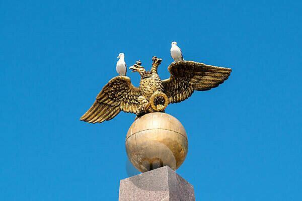 Helsinki, Denkmal mit zweiköpfigem Adler und zwei Möwen