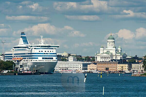 Helsinki, Fernblick von Suomenlinna, Dom und Kreuzfahrtschiff