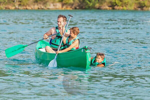 Family canoeing on Esparron de Verdon lake, Esparron de Verdon, Alpes de Haute Provence, Provence, France, Europe,
