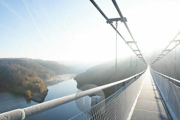 Germany, Saxony-Anhalt, Upper Harz, on the suspension bridge TitanRT, Rappbodetalsperre, rope suspension bridge, 483 meters long, one of the longest rope bridges in the world, Harz.