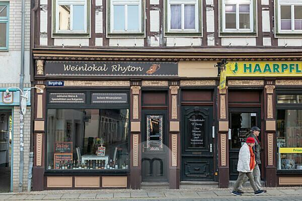 Germany, Saxony-Anhalt, Wernigerode, Weinton Ryton, downtown, Wernigerode, two pedestrians, half-timbered house.