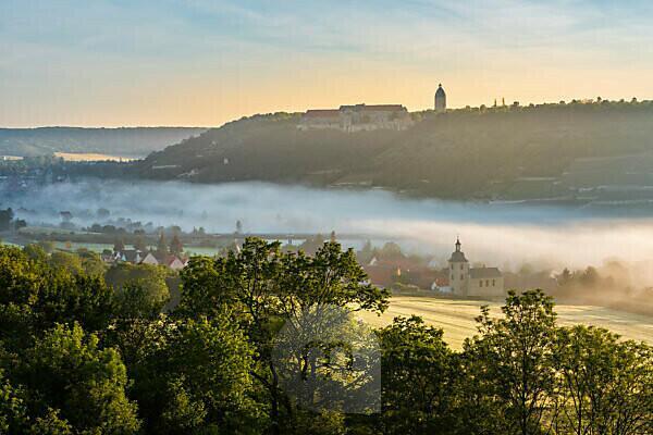 Aussicht auf Freyburg mit Schloß Neuenburg, vorn die Kirche von Nißmitz, Morgennebel im Unstruttal, Freyburg (Unstrut), Sachsen-Anhalt, Deutschland