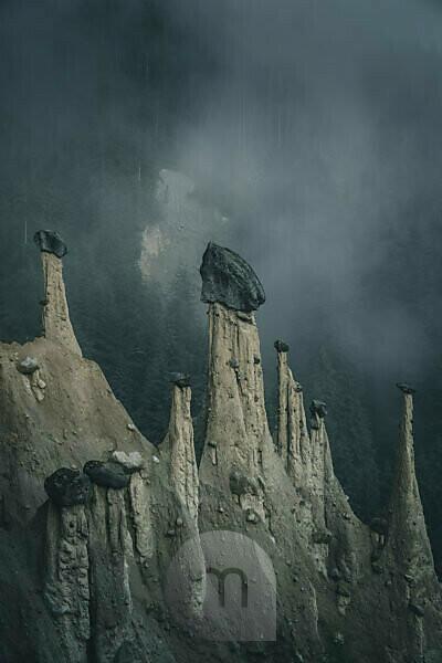 Erdpyramiden im Nebel, Südtirol, Italien
